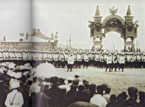 парад войск у Триумфальной арки. Фото: www.vk.com/arkakhv