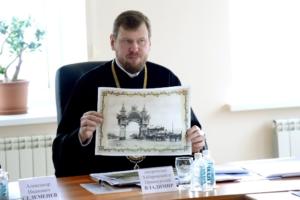 Митрополит Хабаровский и Приамурский Владимир показывает фотографию арки Цесаревича в Хабаровске