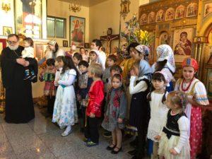 Дети исполняют Рождественские песни