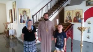 А Цыганок с отцом Романом в храме на Бали-min
