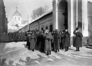 Государь выходит из Могилевского собора. Источник: www.smolbattle.ru